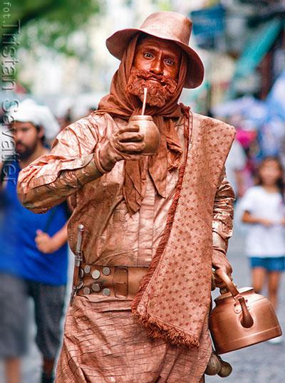 GAUCHO pijący yerba mate - street performer