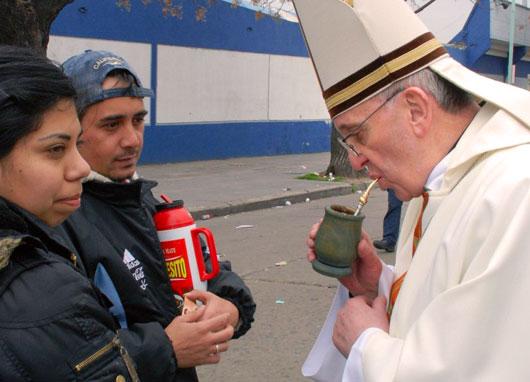 Kardynal Bergoglio pije Yerba Mate 2