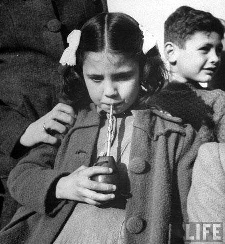 ludzie pijący yerba mate buenos aires 1943_b